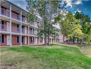 Lakewood Commons apartment in Auburn, AL